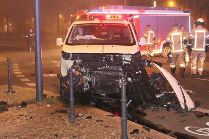 Die völlig zerstörte Frontpartie des Großraum-Taxis.