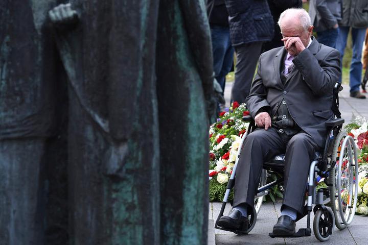 Der frühere Häftling Marian Wach aus Polen konnte bei der Gedenkfeier die Tränen nicht zurückhalten.