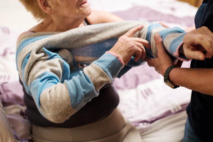 Im Freistaat Bayern soll Pflegebedürftigen und Angehörigen besser geholfen werden. (Symbolbild)