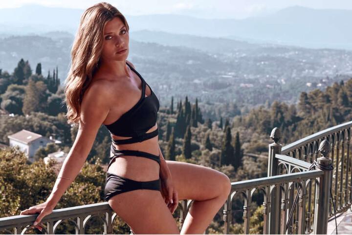 Lasziv posiert Nadine auf einer Veranda unter der griechischen Sonne.