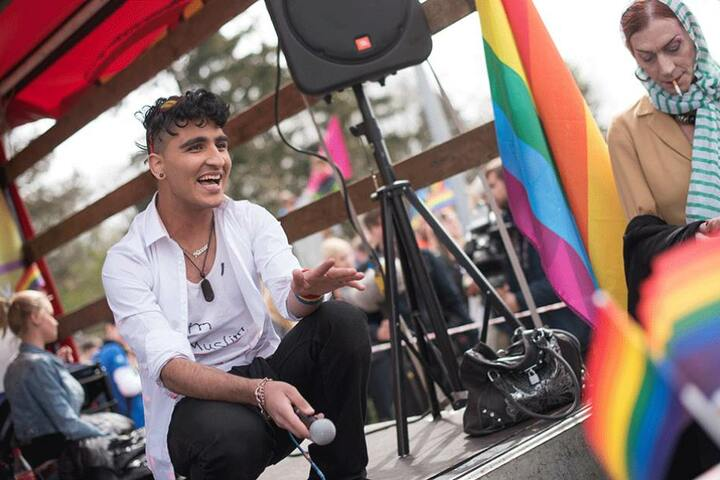 """Nasser El-Ahmad, Organisator der Demonstration mit dem Motto """"Wir haben das Recht, so zu leben wie wir sind"""", hockt am 12.04.2015 zu Beginn der Demonstration gegen Homophobie, Gewalt und Zwangsverheiratung in Berlin auf einem Wagen."""