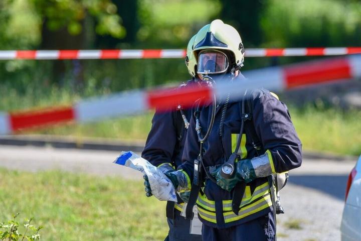Ein Kamerad der Feuerwehr mit der verdächtigen Substanz.