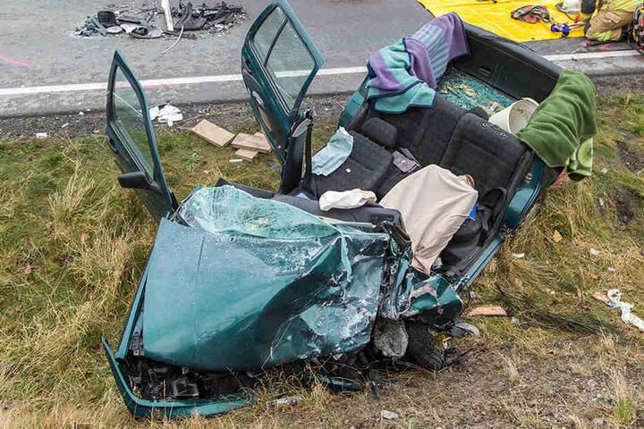 Für die Bergung des eingeklemmten Fahrers musste an dem VW das Dach entfernt werden.