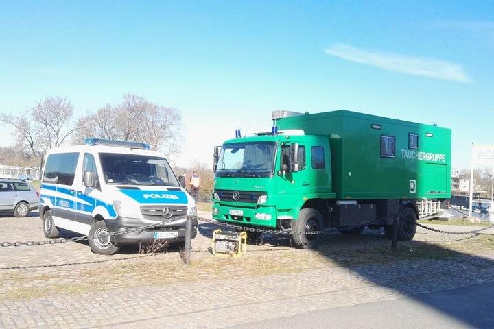 Die Polizei am Pieschener Hafenbecken.