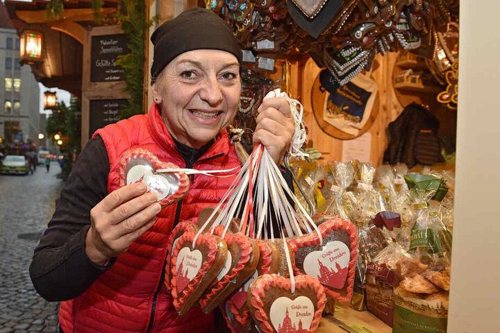 """Katrin Hantsche (52) gehört zu den """"Urgesteinen"""" des Striezelmarkts: Sie verkauft Pulsnitzer Lebkuchen."""
