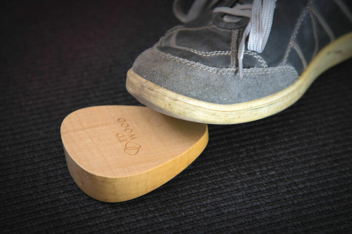 Umblättern, ohne dass man eine Hand freihat? Mit dem Fußpedal aus Holz ist das möglich.
