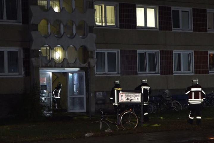 Einsatzkräfte der Feuerwehr konnten den Brand in einem Zimmer im zweiten Obergeschoss löschen.