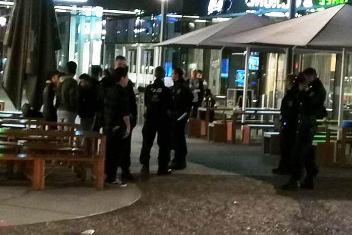 Polizisten fotografierten mehrere südländische junge Männer und nahmen ihre Personalien auf.