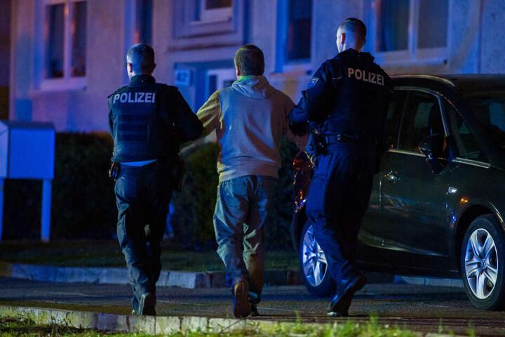 IEn 50-Jähriger wurde von der Polizei noch in der Nacht mitgenommen.