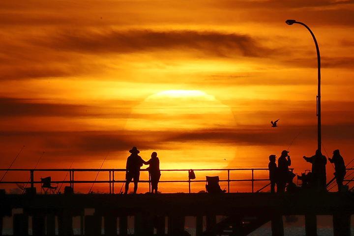 Sonnenuntergang am 27. Dezember 2018 über dem Altona Pier in Melbourne.