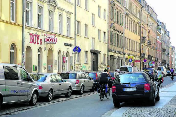 Klassisch falsch geparkte Autos wie diesen (rechts), bewarf der Angeklagte  von seiner Wohnung aus mit Gegenständen.