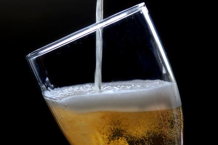Auf dem Dorffest kann man das selbstgebraute Bier probieren.