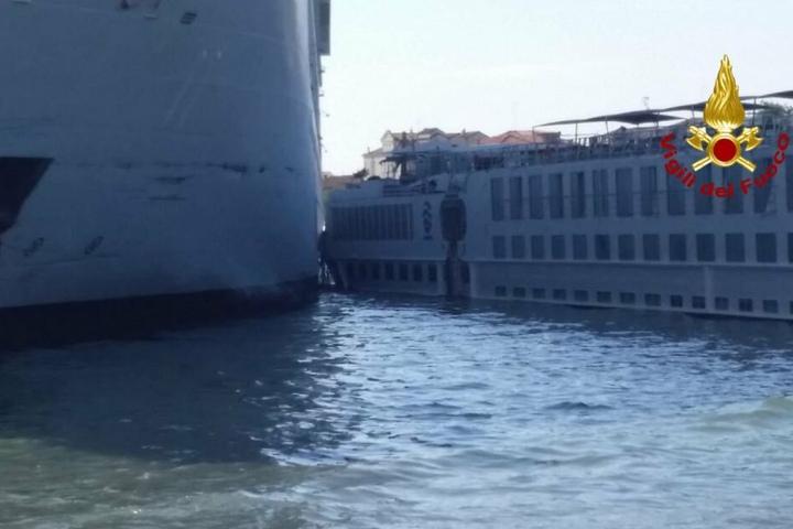 """Das Kreuzfahrtschiff """"Msc Opera"""" ist beim Anlanden an der Anlegestelle San Basilio im Kanal von Giudecca mit einem Touristenboot zusammengestoßen."""