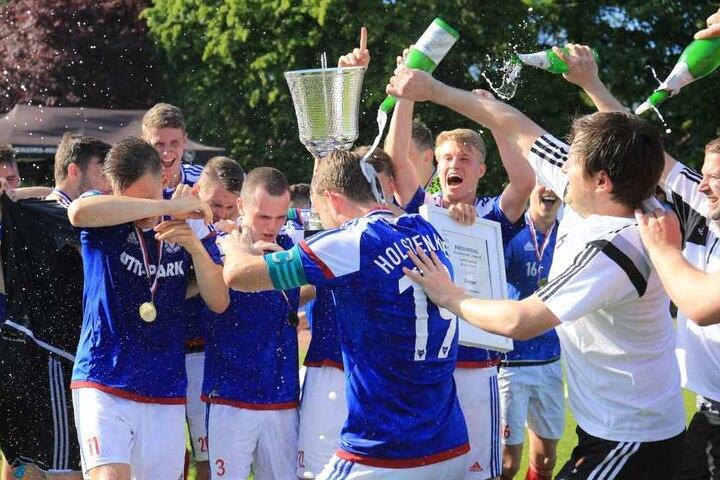 """Im Sommer feierte Hannes Drews (r.) noch überschwänglich Platz 7 der Kieler """"U19"""" in der Bundesliga."""