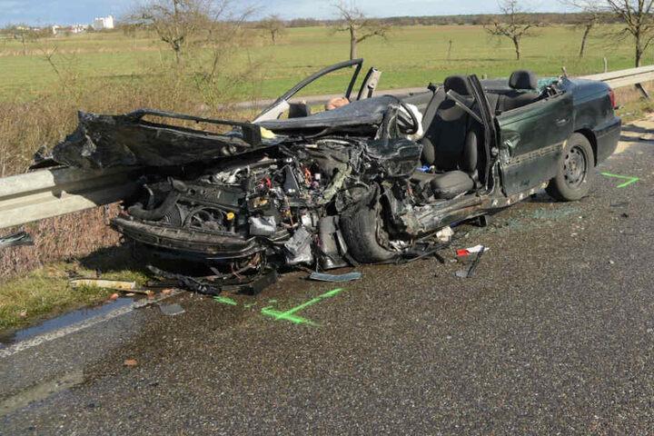 Das Wrack eines verunfallten Autos.
