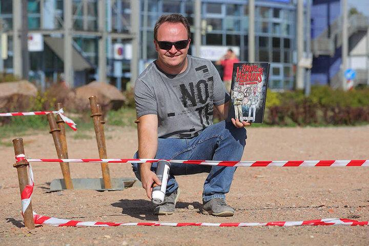 Kevin Leppien (26) markiert bereits die Stellen, für die Nägel, ab dem heutigen Dienstag wird das 1000 Leute fassende Zelt am Elbepark aufgebaut.
