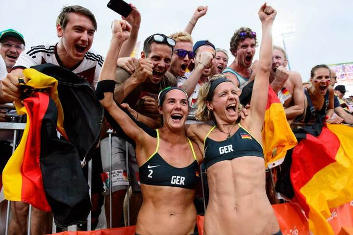 Kira Walkenhorst und Laura Ludwig (r.) holen Gold im Beachvolleyball in Rio.