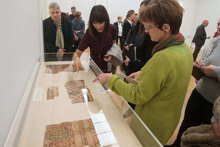 Beim Rundgang erläuterte Expertin Bianca Tudor-Vinther (39, l.) die Motive alter ägyptischer Stoff-Fragmente.