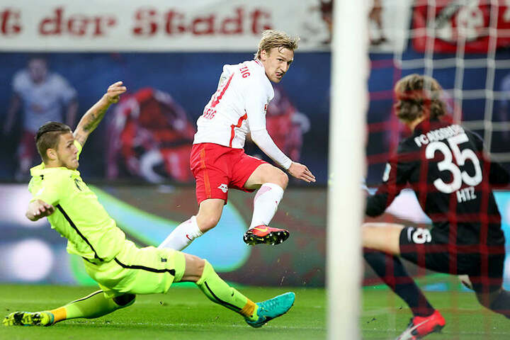 Verteidiger Halil Altintop von Augsburg konnte das 1:0 von RB-Kicker Emil Forsberg nicht mehr verhindern