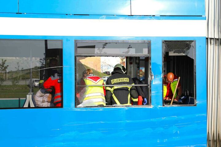 Die Fahrgäste mussten von Notärzten und der Feuerwehr versorgt werden. Mindestens 25 Personen erlitten Verletzungen, hauptsächlich Schnittwunden von umherfliegenden Glassplittern.