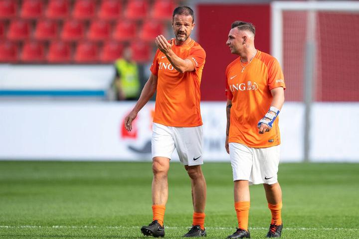 Fredi Bobic (l.), Sportvorstand der Eintracht Frankfurt, und Musiker Pietro Lombardi unterhalten sich während der Partie für ein Charity-Fußballspiel.