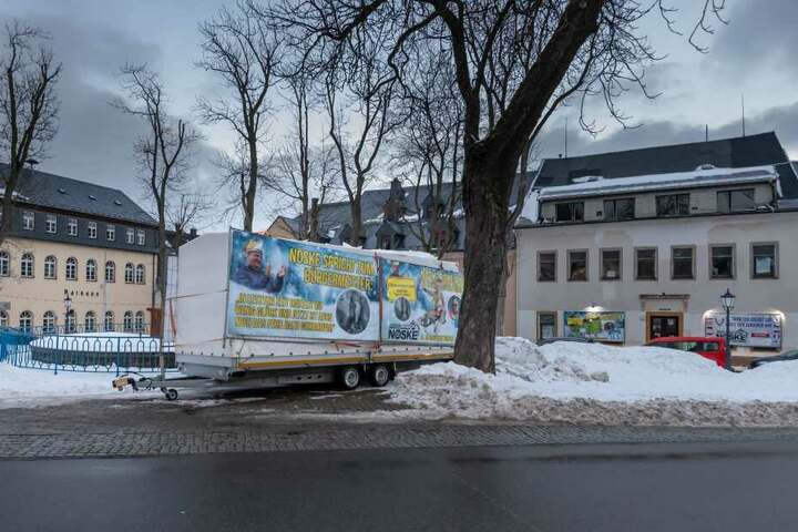 Die Plakate sind am Markt in Oberwiesenthal angebracht.