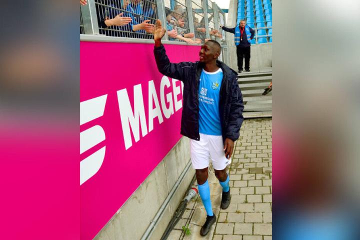 Tarsis Bonga muss sich mit seiner Körpergröße nicht strecken, um mit den Fans abzuklatschen.