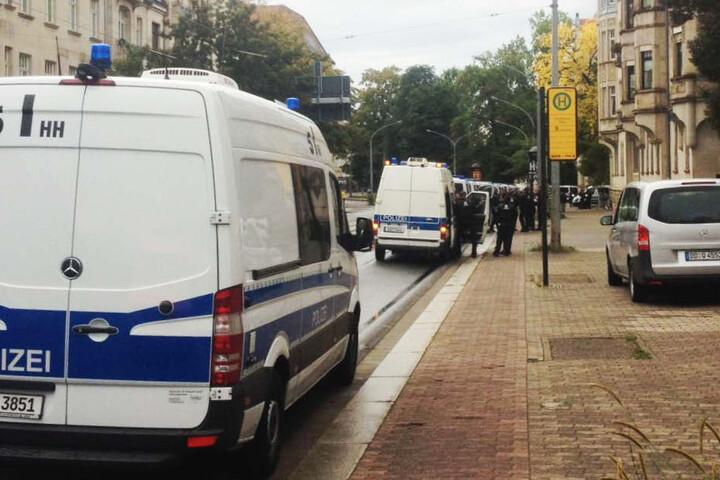 Begleitet von einem großen Polizeiaufgebot demonstrierte das linke Bündnis am Sonntagnachmittag.