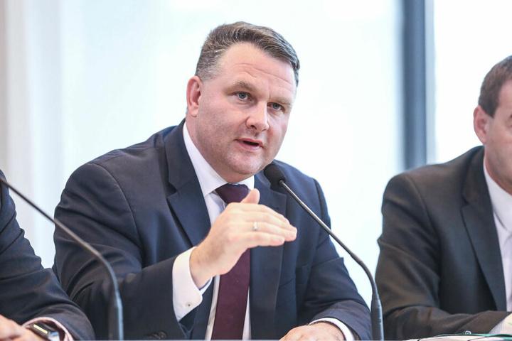 """Zusammen mit """"Weißbier-Waldi"""" unterwegs: CDU-Fraktions-Chef Christian Hartmann (45)."""