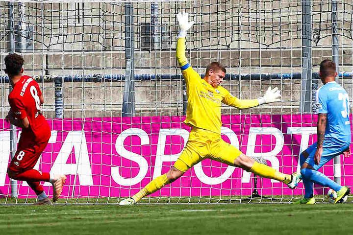 Jakub Jakubov, in München erstmals CFC-Kapitän, reagierte mehrmals glänzend. An diesen Ball von Jannik Rochelt kam er nicht heran. Nils Blumberg (r.) hatte den Torschützen aus den Augen verloren.