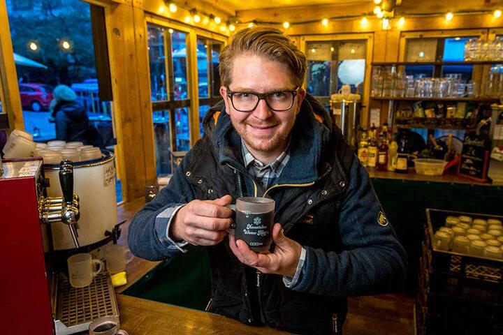"""In den """"Neustädter Winter Hütt'n"""" schenkt Chef Josef Dölle (33) bereits Glühwein aus."""