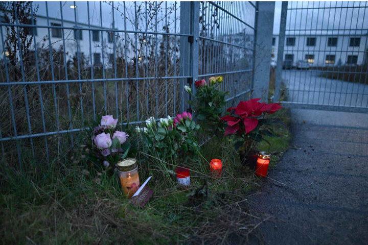 Blumen vor der Unterkunft, in der die tote 17-Jährige entdeckt wurde.
