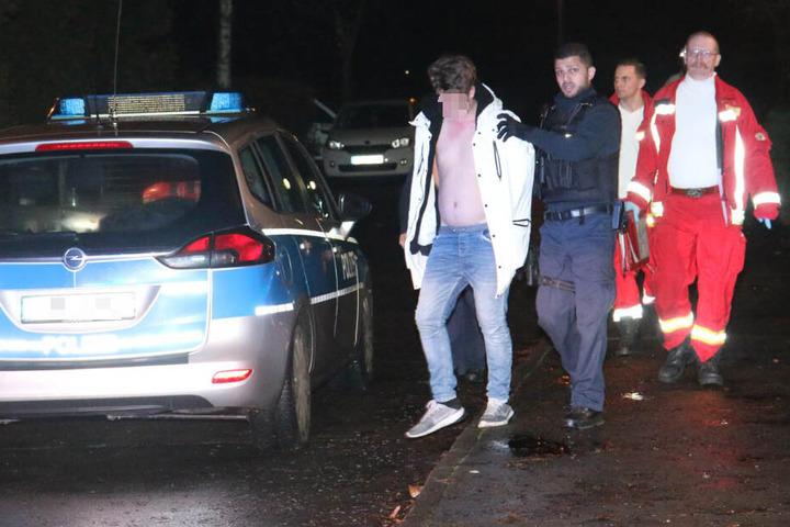 Ein Jugendlicher wird von der Polizei abgeführt.