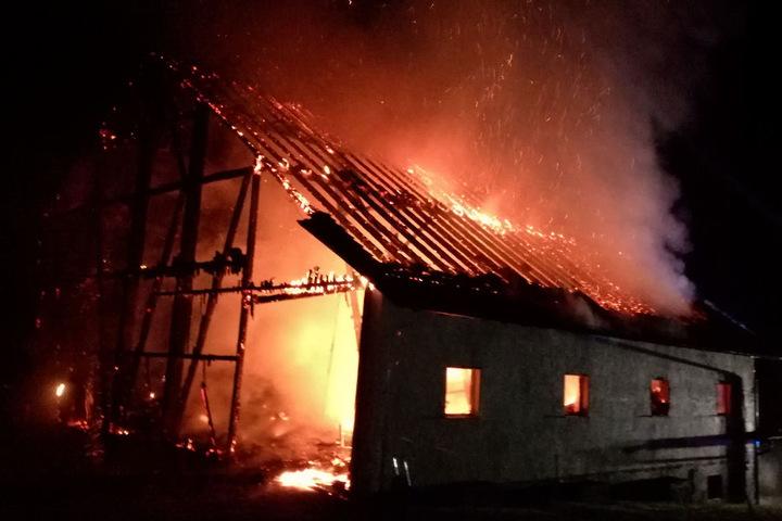 Ein Haus steht in der 7000-Einwohner-Gemeinde lichterloh in Flammen.