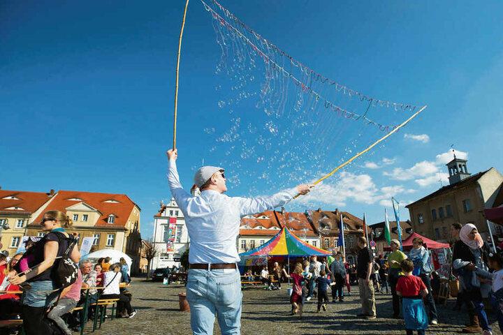 Seifenblasen statt Rechtsrock: Mit einem Friedensfest auf dem Marktplatz will Ostritz dem Neonazi-Festival Paroli bieten.