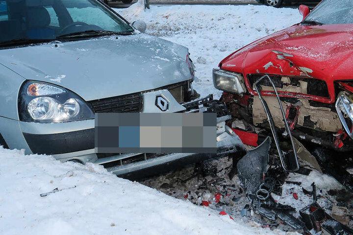 Sowohl der Renault als auch der Audi wurden bei dem Crash stark beschädigt.