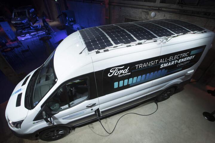 Bei einem Ausstellungsevent von vollelektrischen und Hybrid-Fahrzeugen von Ford wurde im April 2019 der vollelektrische Ford Transit mit Solarpanelen auf dem Dach vorgeführt.
