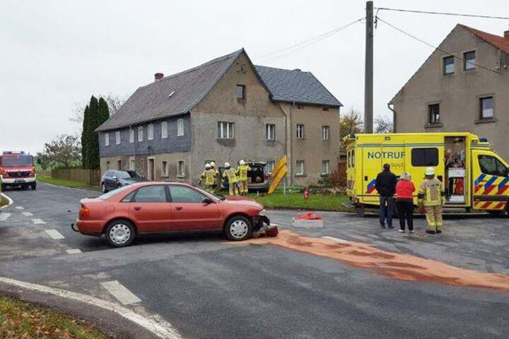 Zuvor waren auf der Kreuzung der Audi und ein Opel Meriva zusammengestoßen.