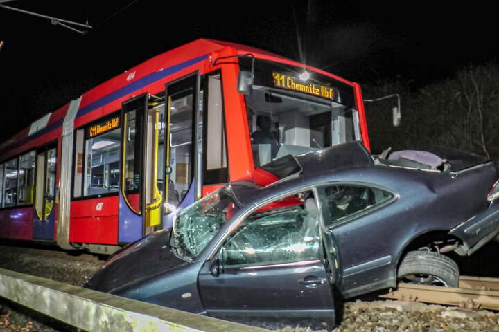 Der Mercedes-Fahrer wurde bei dem Unfall verletzt.