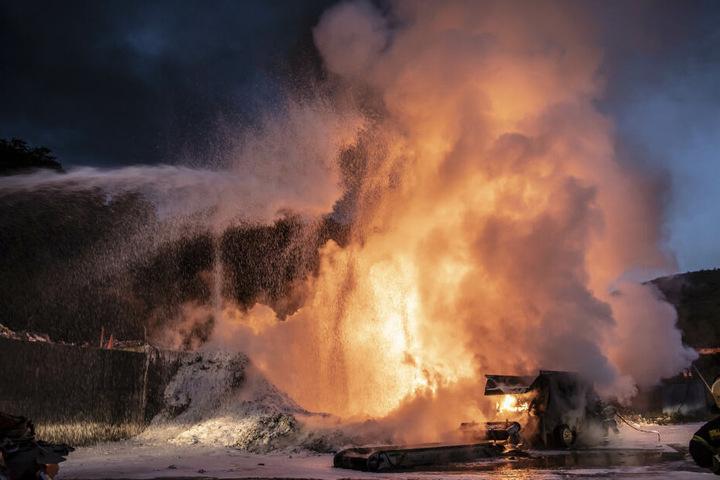 Eine meterhohe Flamme lodert auf der Mülldeponie in Reichenbach.