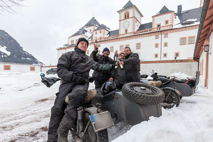 Sie waren die ersten: Bereits am Donnerstag reisten Axel (51), Mike (49), Marco  (43) und Roman (42, v.li.) an.