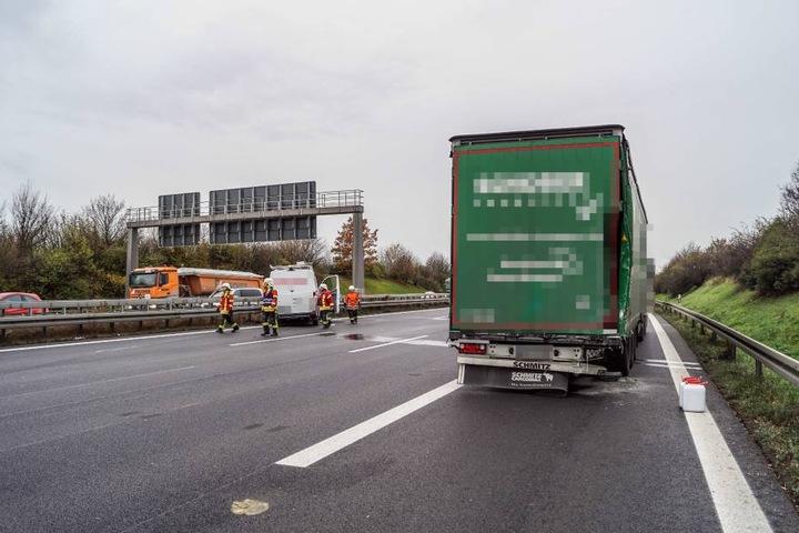 Nachdem er auf den Lkw geprallt war, schleuderte es den Sprinter auf die Leitplanken auf der anderen Straßenseite.
