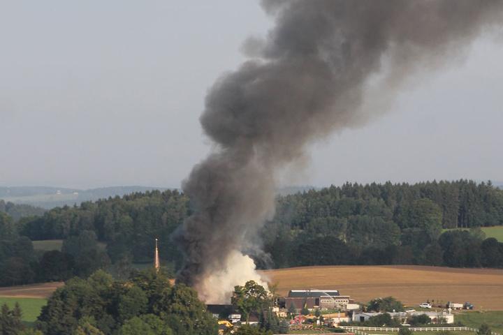 Die riesige Rauchsäule ist kilometerweit zu sehen.