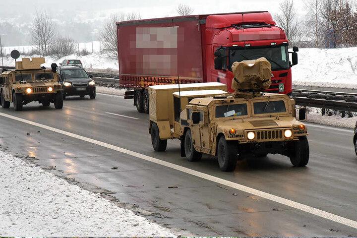 Die in Wüsten-Tarnfarbe gespritzten Humvees sind offenbar auf dem Weg nach Polen.