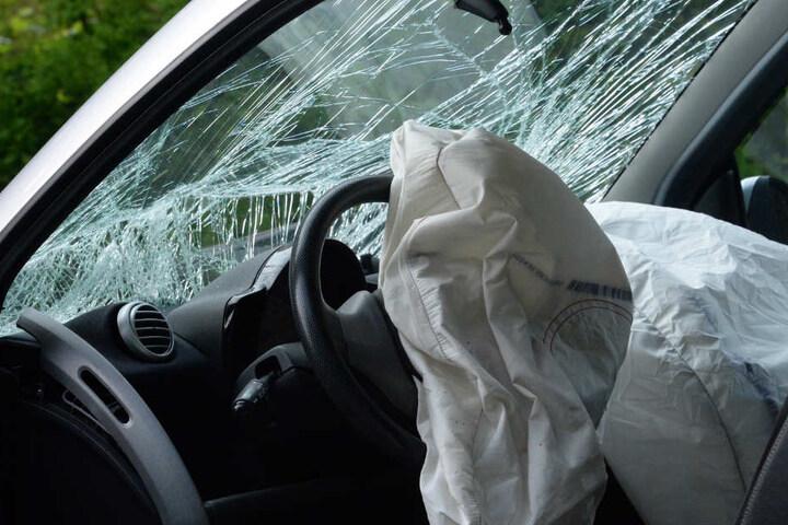 Beim Aufprall gegen die Leitplanke sprangen beim Smart die Airbags auf.