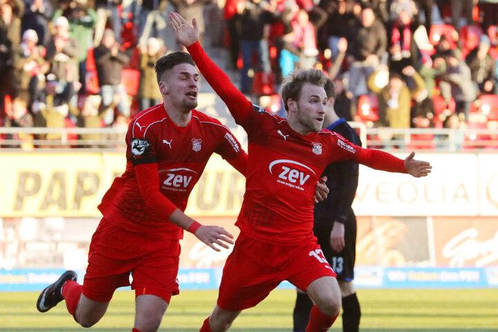 Mike Könnecke (r.) erzielt den Treffer zum 2:0 und jubelt mit Jonas Nietfeld (l.)