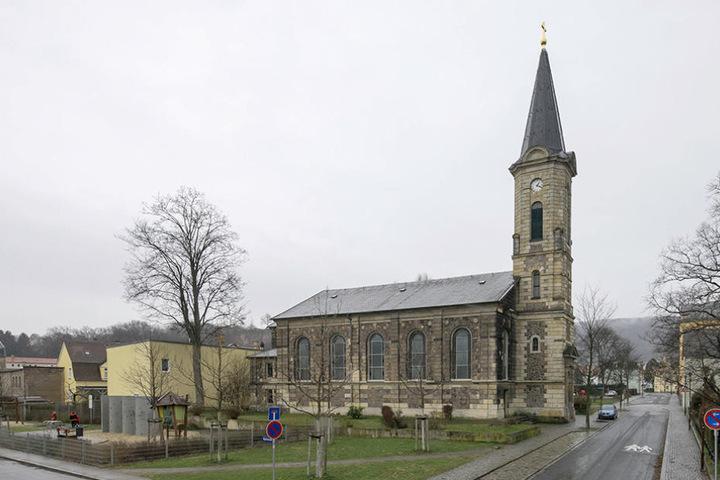 Durch eine Seitentür gelangen die Diebe in die Kirche.