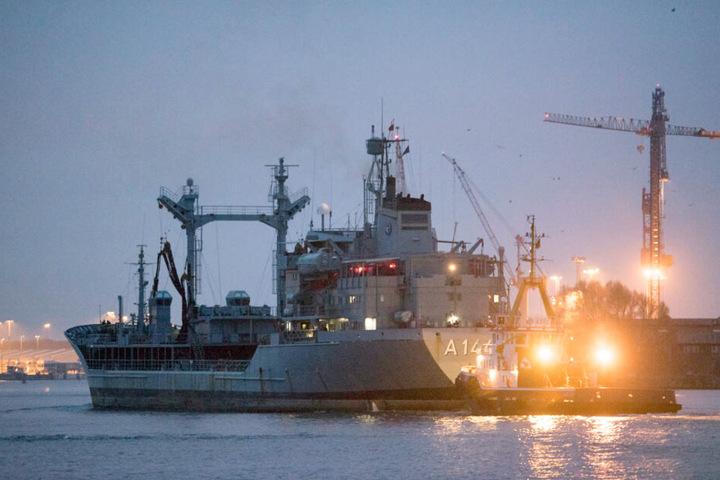 """Der deutsche Marine-Tanker """"Spessart"""" kommt in den Seekanal von Rostock-Warnemünde."""