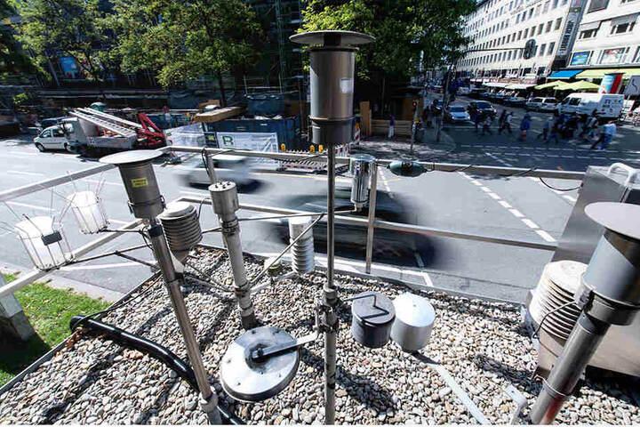 Verschiedene Messgeräte auf dem Dach einer Luftmesstation ermitteln unter anderem die Stickoxid-Werte in der Luft.