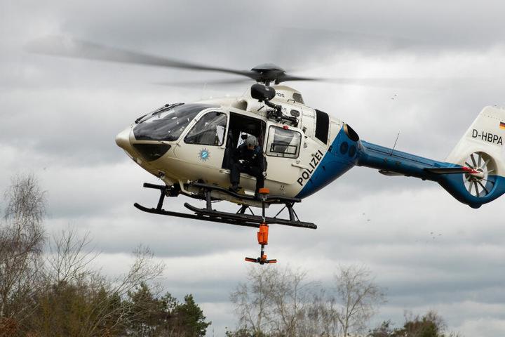 Die Polizei machte sich mit einem Hubschrauber auf die Spurensuche. (Symbolbild)